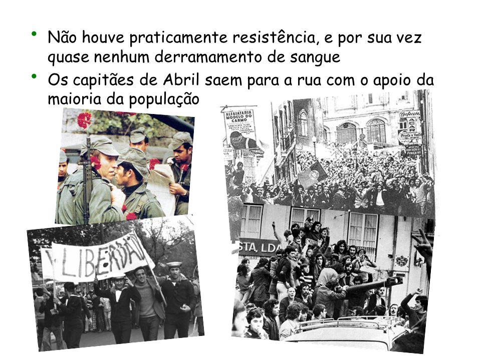 Não houve praticamente resistência, e por sua vez quase nenhum derramamento de sangue Os capitães de Abril saem para a rua com o apoio da maioria da p
