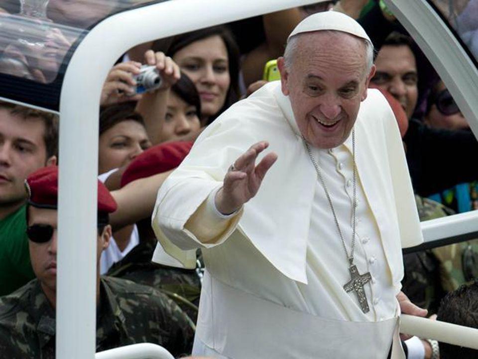...e Francisco chega para Missa do Envio
