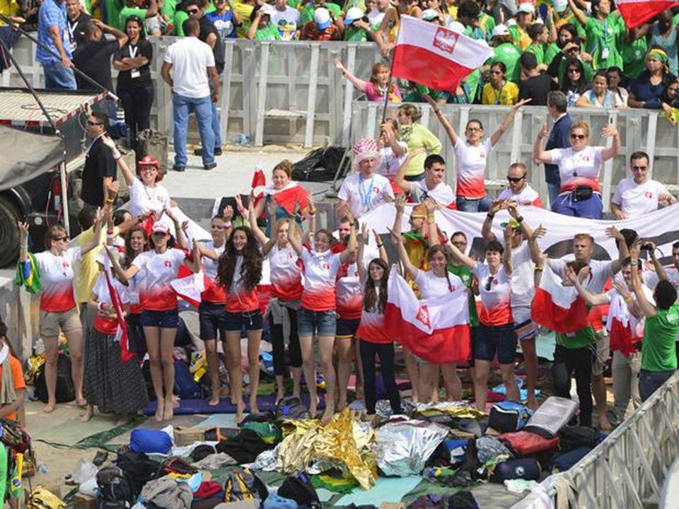 """Que na alegria se preparam para o """"batismo"""" na água benta de Copacabana..."""