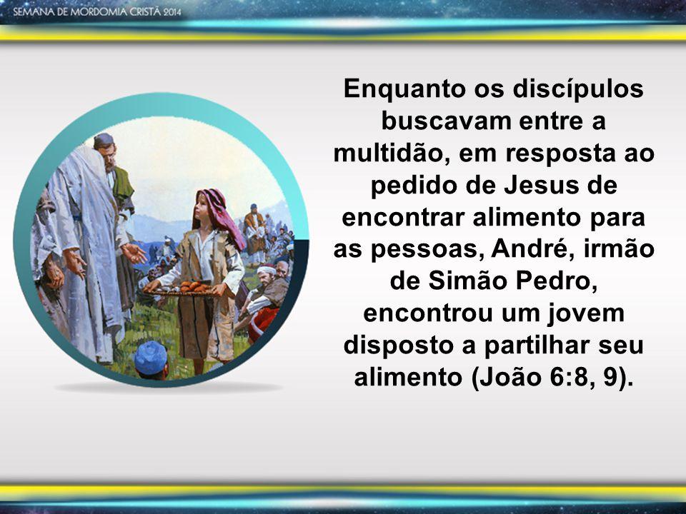 Enquanto os discípulos buscavam entre a multidão, em resposta ao pedido de Jesus de encontrar alimento para as pessoas, André, irmão de Simão Pedro, e