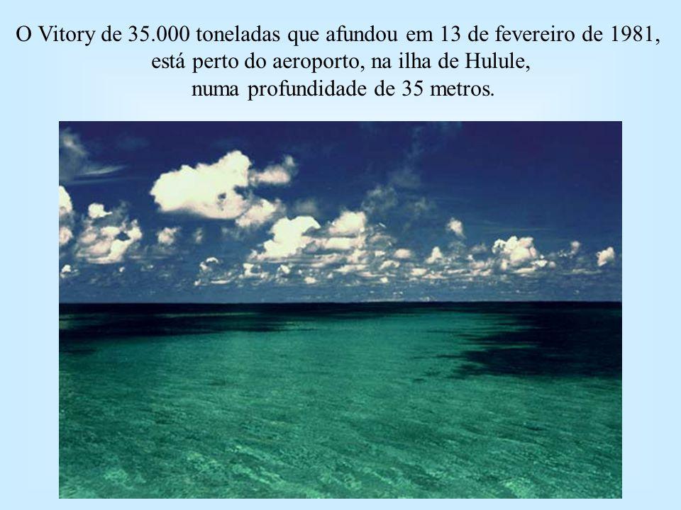 O Vitory de 35.000 toneladas que afundou em 13 de fevereiro de 1981, está perto do aeroporto, na ilha de Hulule, numa profundidade de 35 metros.