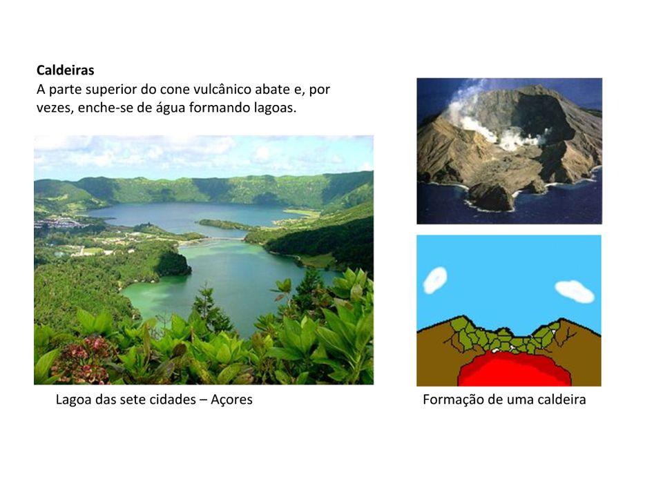 São, de modo geral, zonas de subducção, onde as placas se encontram e colidem.zonas de subducção Convergência crosta oceânica-crosta continental Quando isso acontece, normalmente formam-se fossas abissais.Um exemplo é a fossa Peru-Chile, onde a placa de Nazca mergulha sob a placa Sul-americana.fossas abissaisplaca de Nazcaplaca Sul-americana Convergência crosta oceânica-crosta oceânica Nesses casos, formam-se arcos vulcânicos, como nas ilhas Marianas (placa do Pacífico e placa das Filipinas)arcos vulcânicosilhas Marianasplaca do Pacíficoplaca das Filipinas Convergência crosta continental-crosta continental Nestes casos é muito difícil que uma placa mergulhe sobre a outra.