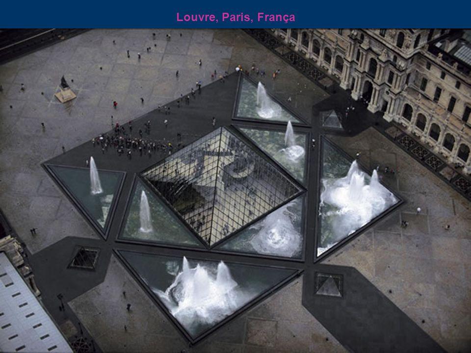 Museu do Louvre e a ilha da cidade de Paris - França