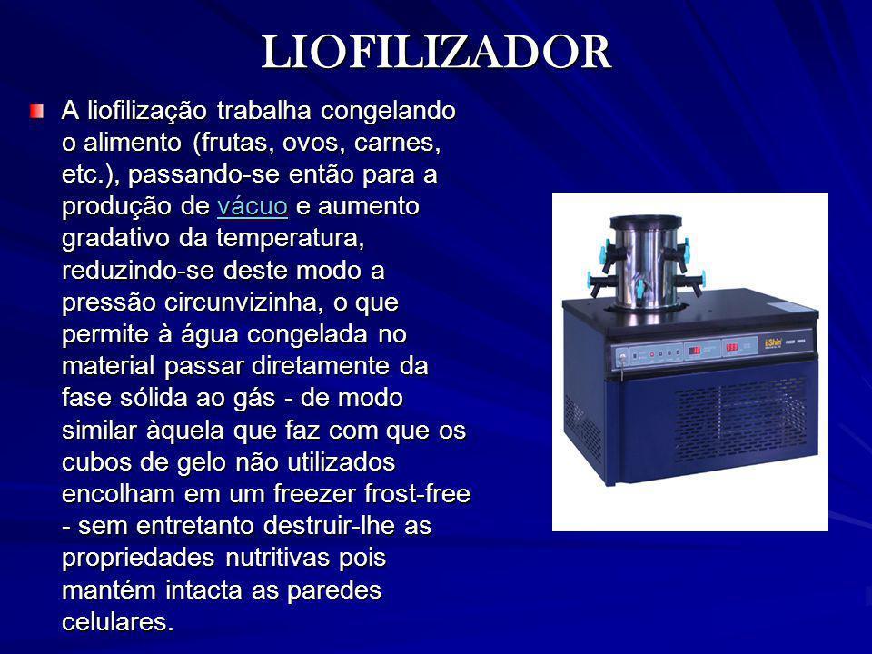 LIOFILIZADOR A liofilização trabalha congelando o alimento (frutas, ovos, carnes, etc.), passando-se então para a produção de vácuo e aumento gradativ