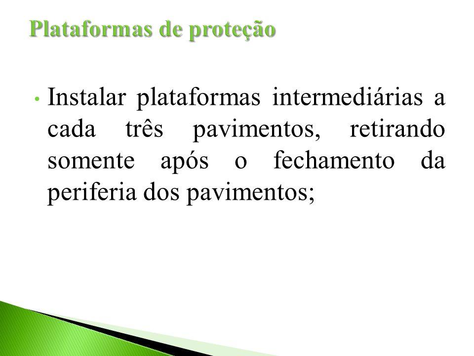 Instalar plataformas intermediárias a cada três pavimentos, retirando somente após o fechamento da periferia dos pavimentos;