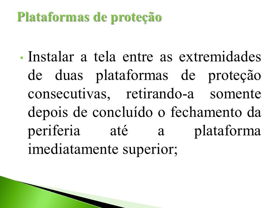Instalar a tela entre as extremidades de duas plataformas de proteção consecutivas, retirando-a somente depois de concluído o fechamento da periferia