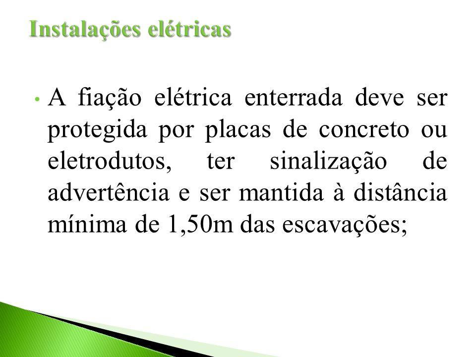 A fiação elétrica enterrada deve ser protegida por placas de concreto ou eletrodutos, ter sinalização de advertência e ser mantida à distância mínima