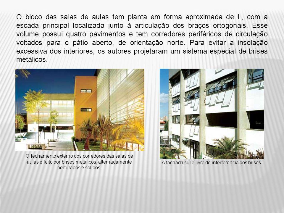 O bloco das salas de aulas tem planta em forma aproximada de L, com a escada principal localizada junto à articulação dos braços ortogonais. Esse volu