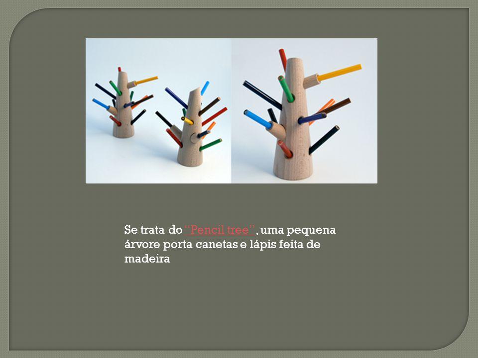 """Se trata do """"Pencil tree"""", uma pequena árvore porta canetas e lápis feita de madeira""""Pencil tree"""""""