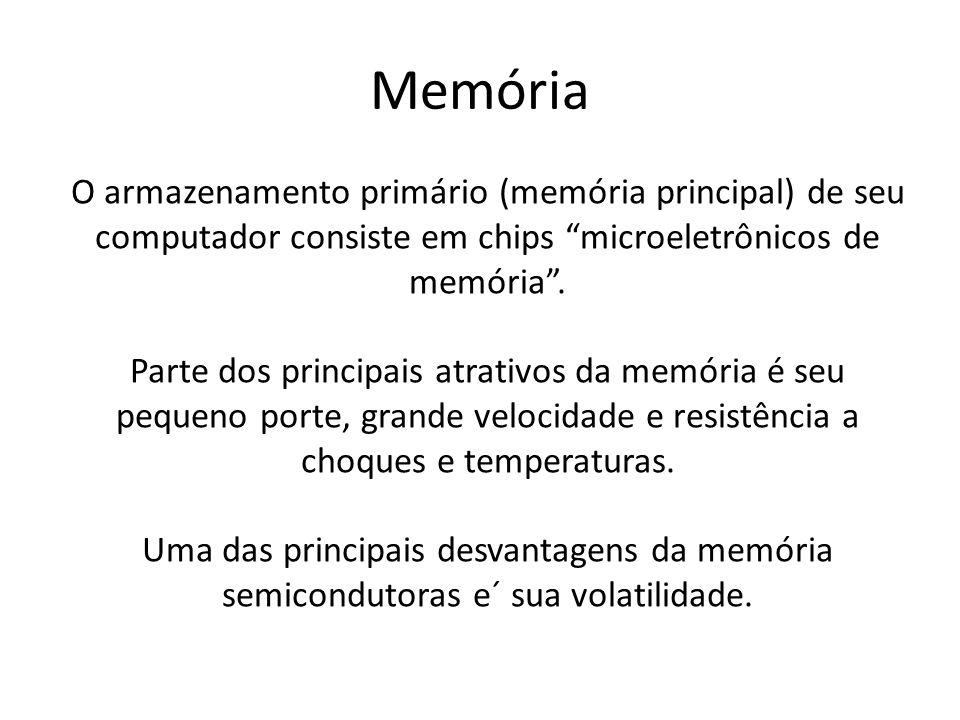"""O armazenamento primário (memória principal) de seu computador consiste em chips """"microeletrônicos de memória"""". Parte dos principais atrativos da memó"""