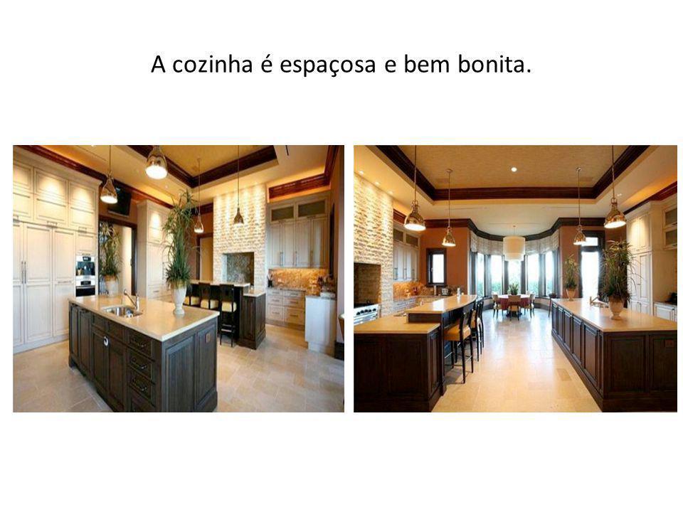 A cozinha é espaçosa e bem bonita.