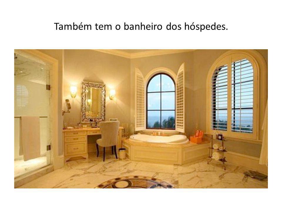 Também tem o banheiro dos hóspedes.