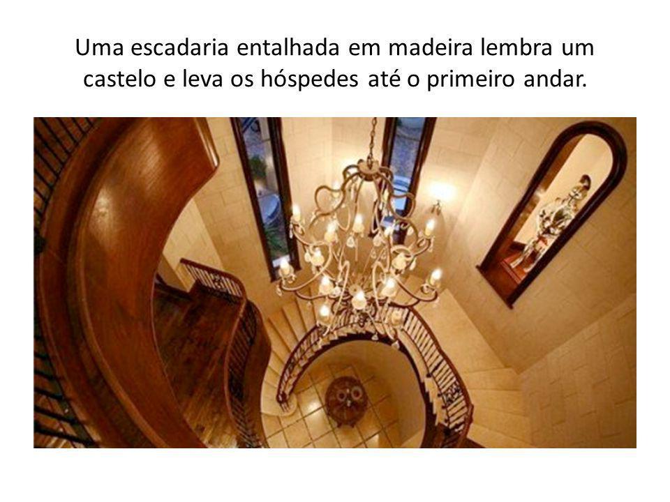 Uma escadaria entalhada em madeira lembra um castelo e leva os hóspedes até o primeiro andar.