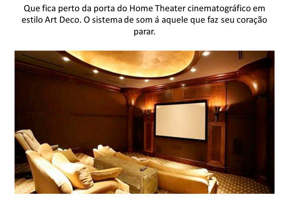 Que fica perto da porta do Home Theater cinematográfico em estilo Art Deco.