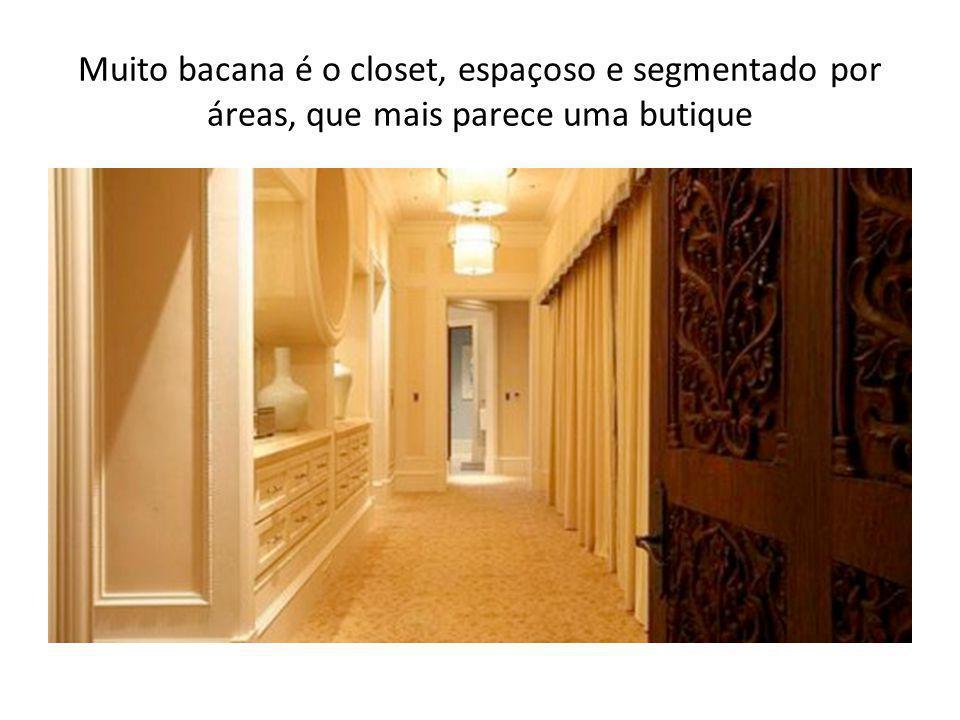 Muito bacana é o closet, espaçoso e segmentado por áreas, que mais parece uma butique