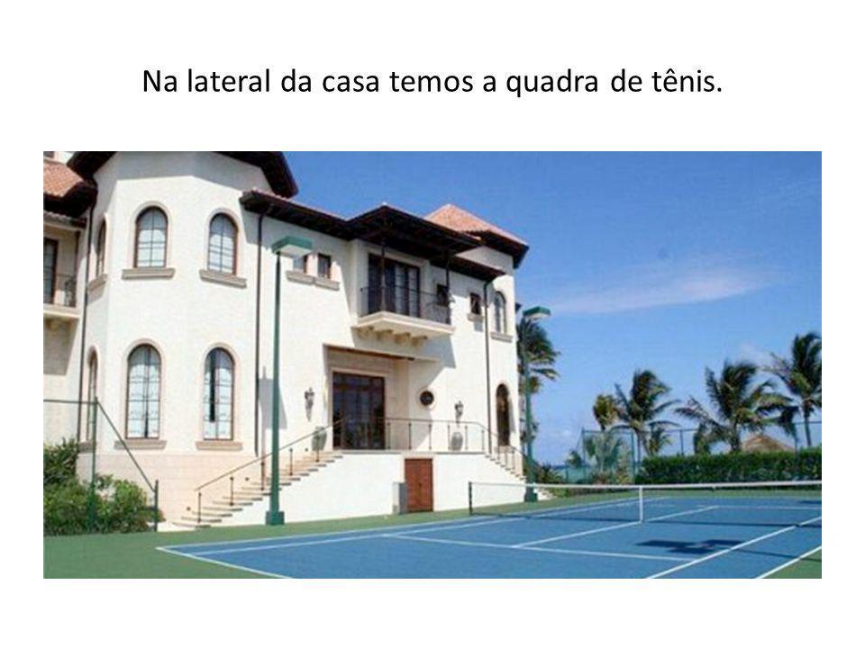 Na lateral da casa temos a quadra de tênis.