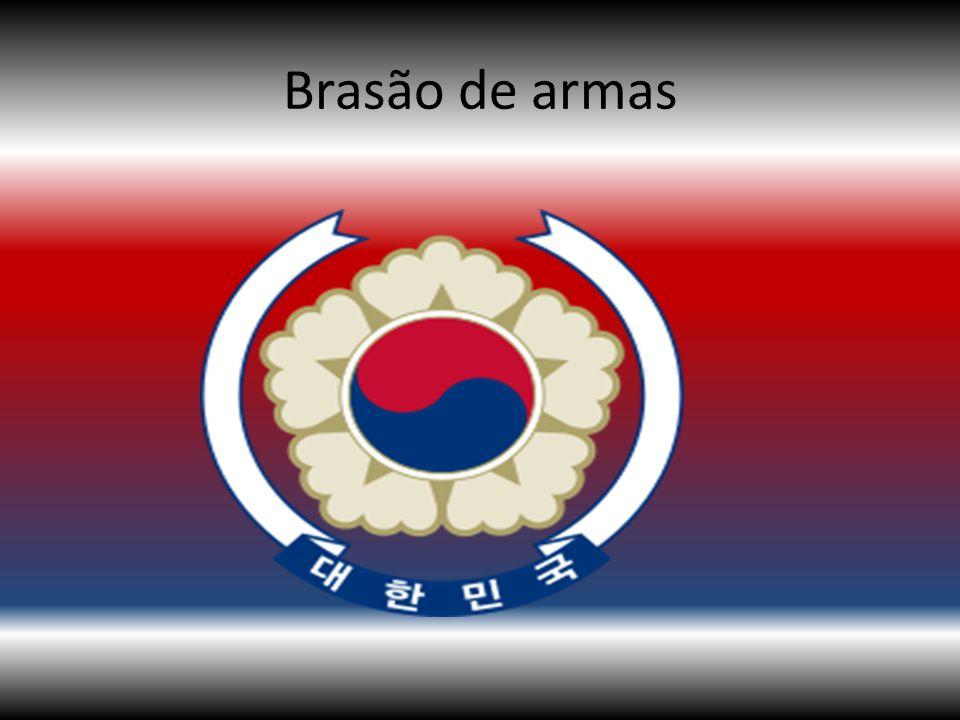 O Brasão de armas da Coreia do Sul consiste no símbolo do Taeguk, presente na bandeira nacional, circundada por cinco pétalas estilizadas e uma fita com a inscrição A República da Coreia (Daehan Minguk), o nome oficial do país nos caracteres Hangul.
