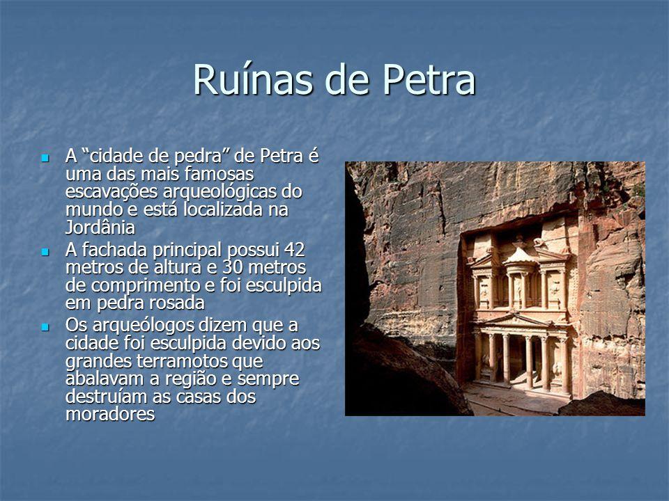 """Ruínas de Petra A """"cidade de pedra"""" de Petra é uma das mais famosas escavações arqueológicas do mundo e está localizada na Jordânia A """"cidade de pedra"""