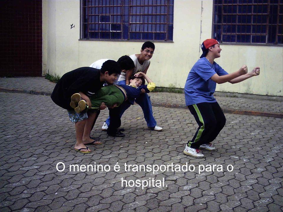 O menino é transportado para o hospital.