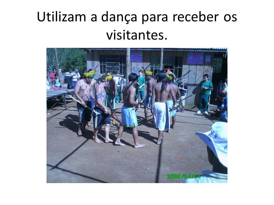 Utilizam a dança para receber os visitantes.