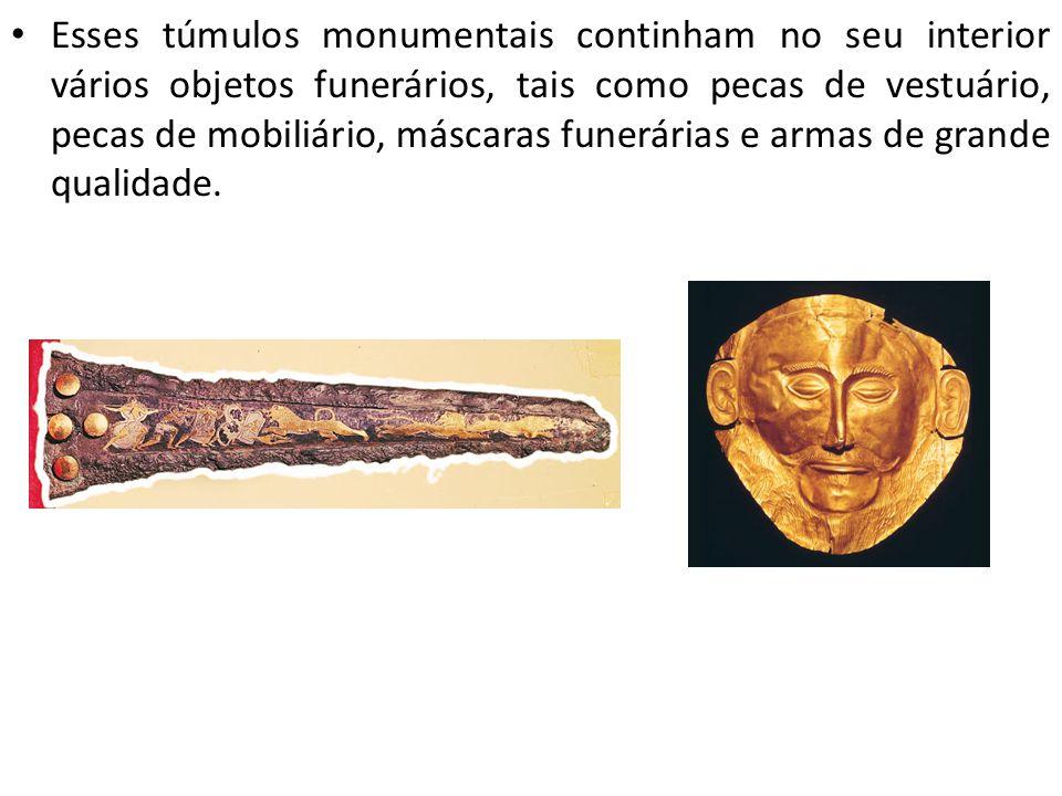Esses túmulos monumentais continham no seu interior vários objetos funerários, tais como pecas de vestuário, pecas de mobiliário, máscaras funerárias