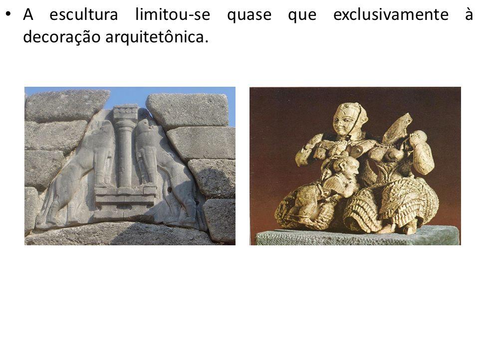A escultura limitou-se quase que exclusivamente à decoração arquitetônica.