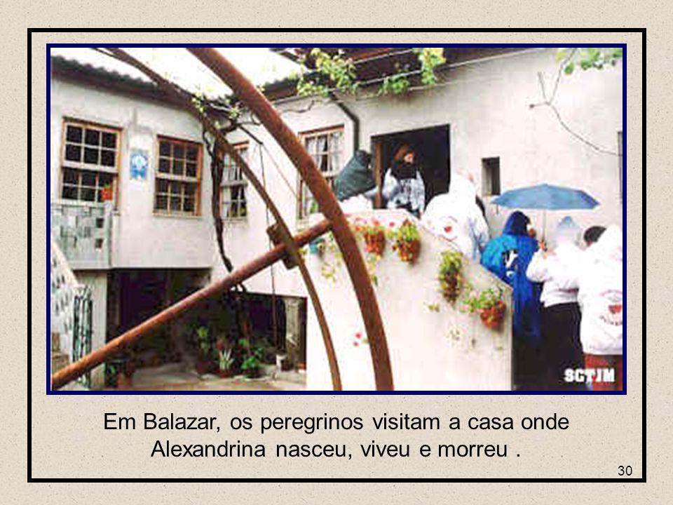 30 Em Balazar, os peregrinos visitam a casa onde Alexandrina nasceu, viveu e morreu.