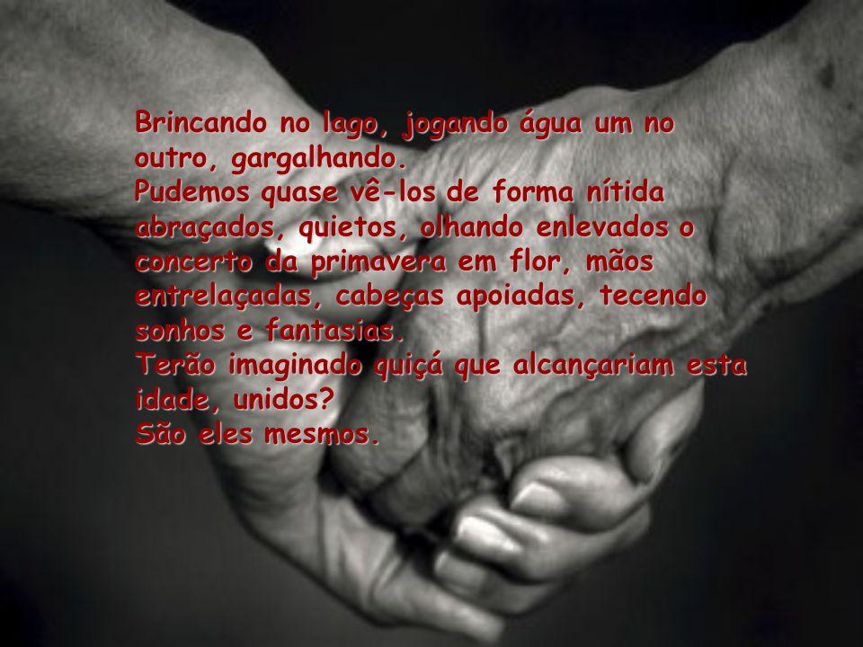 As mãos enlaçadas firmemente, como a dizer que um se constituía no apoio do outro.