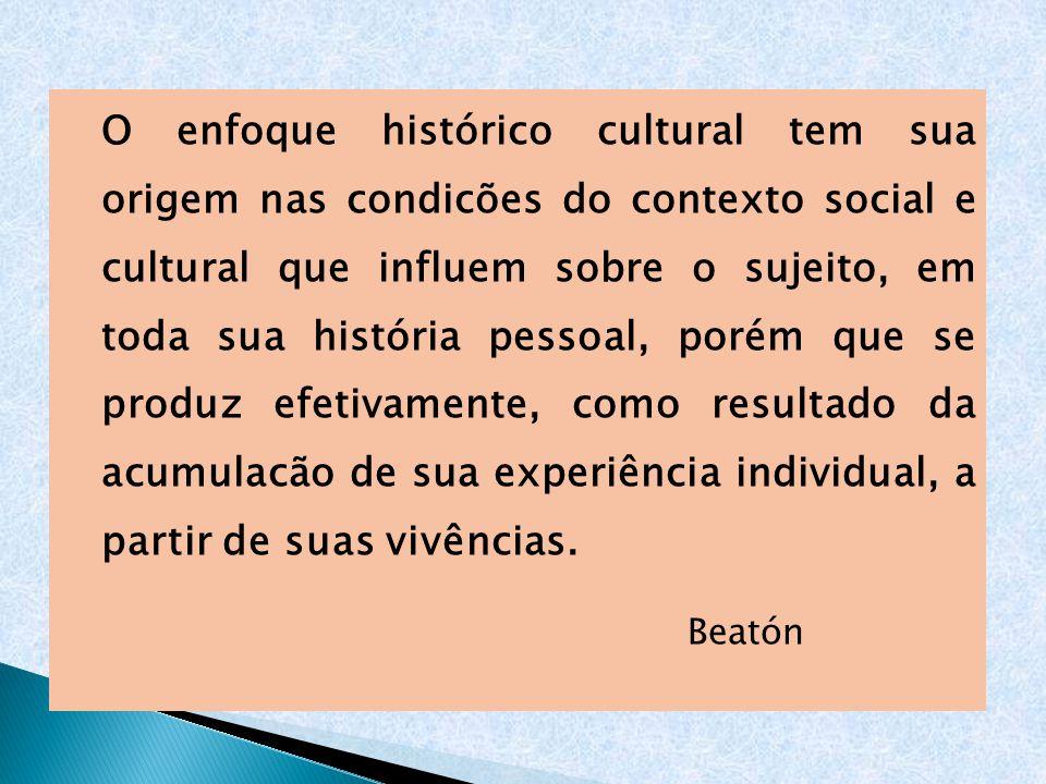 O enfoque histórico cultural tem sua origem nas condicões do contexto social e cultural que influem sobre o sujeito, em toda sua história pessoal, por