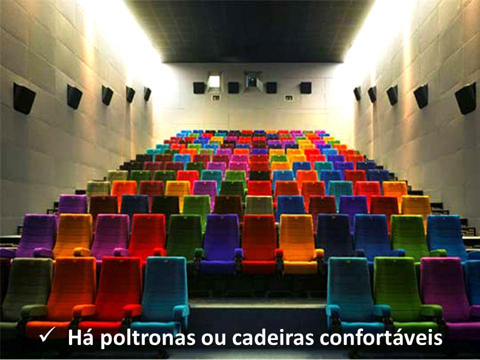 Há poltronas ou cadeiras confortáveis Há poltronas ou cadeiras confortáveis