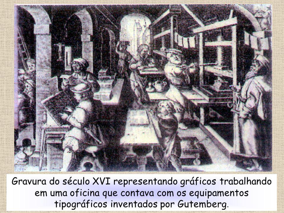 Gravura do século XVI representando gráficos trabalhando em uma oficina que contava com os equipamentos tipográficos inventados por Gutemberg.