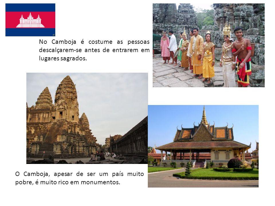 No Camboja é costume as pessoas descalçarem-se antes de entrarem em lugares sagrados. O Camboja, apesar de ser um país muito pobre, é muito rico em mo