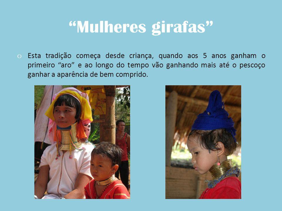 Mulheres girafas o Nesta tribo as mulheres vestem túnicas muito coloridas, usam vários acessórios e vivem em cabanas.