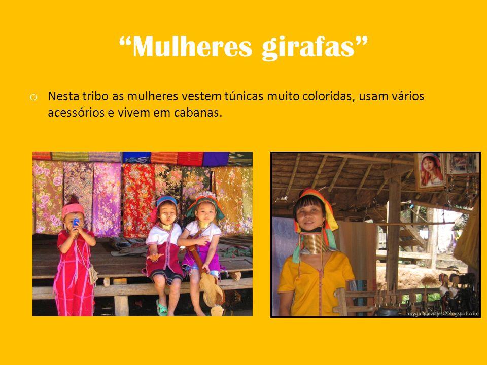 """""""Mulheres girafas"""" o Nesta tribo as mulheres vestem túnicas muito coloridas, usam vários acessórios e vivem em cabanas."""