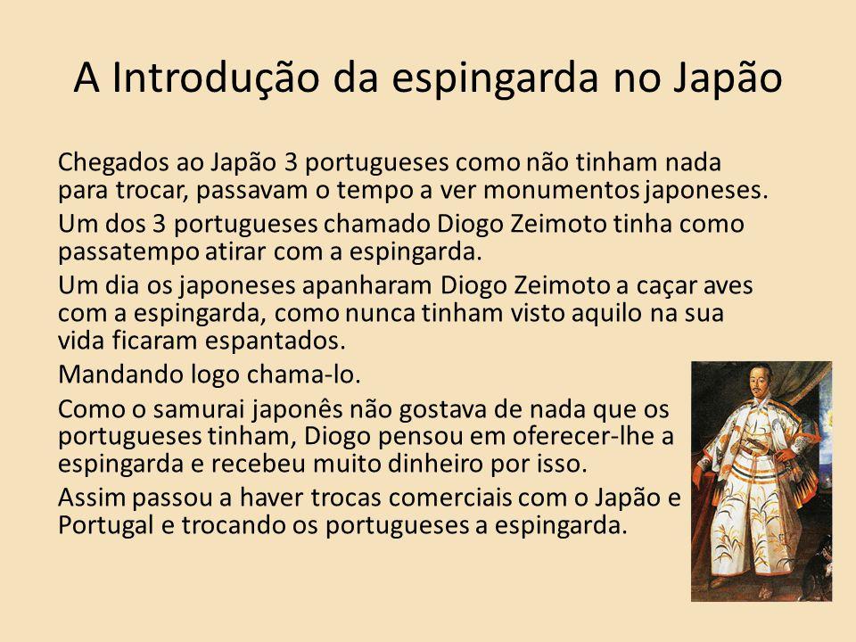 A Introdução da espingarda no Japão Chegados ao Japão 3 portugueses como não tinham nada para trocar, passavam o tempo a ver monumentos japoneses. Um