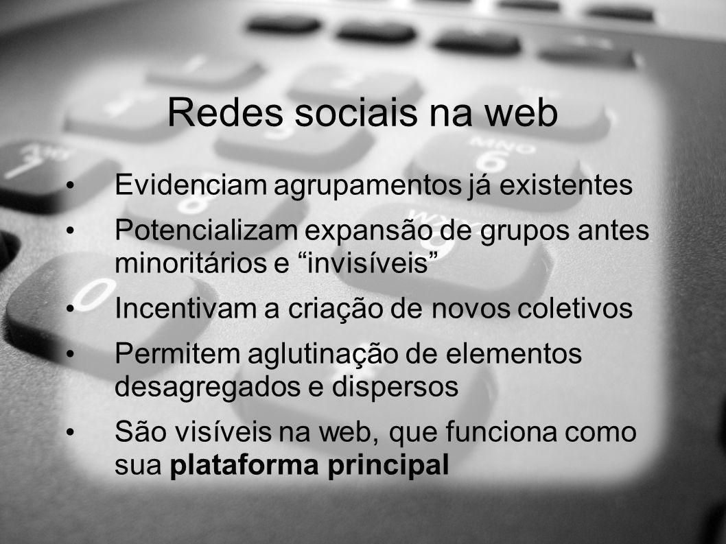 + Redes sociais na web A web não confina as redes Formam-se por afinidades e semelhanças Têm fortes papeis simbólico e político Atuam de maneira comunitária e se apóiam em trabalhos voluntários, solidários e cooperativos Diferem das outras por conta do ambiente (web) e do instrumental (mídias sociais)