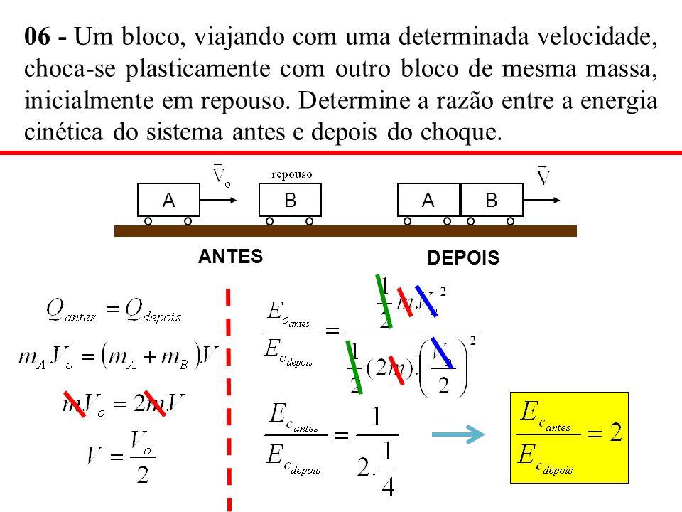 06 - Um bloco, viajando com uma determinada velocidade, choca-se plasticamente com outro bloco de mesma massa, inicialmente em repouso. Determine a ra