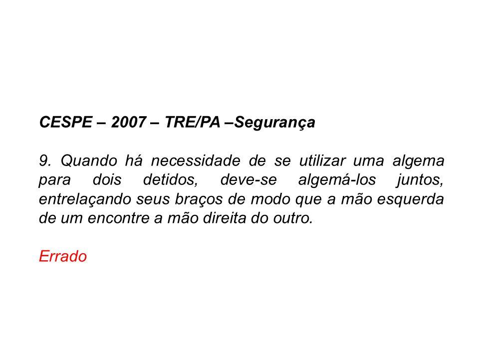 CESPE – 2007 – TRE/PA –Segurança 9. Quando há necessidade de se utilizar uma algema para dois detidos, deve-se algemá-los juntos, entrelaçando seus br