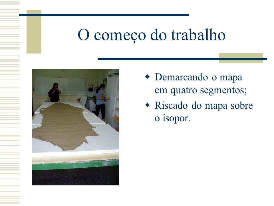O começo do trabalho  Demarcando o mapa em quatro segmentos;  Riscado do mapa sobre o isopor.