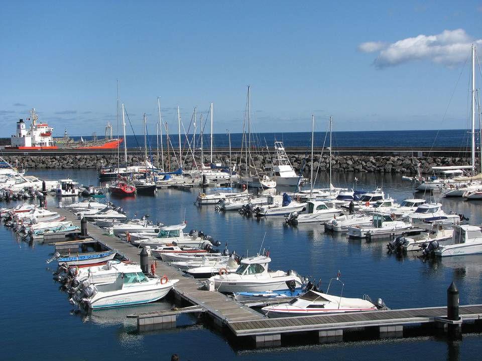 A Marina de Angra e uma praia.