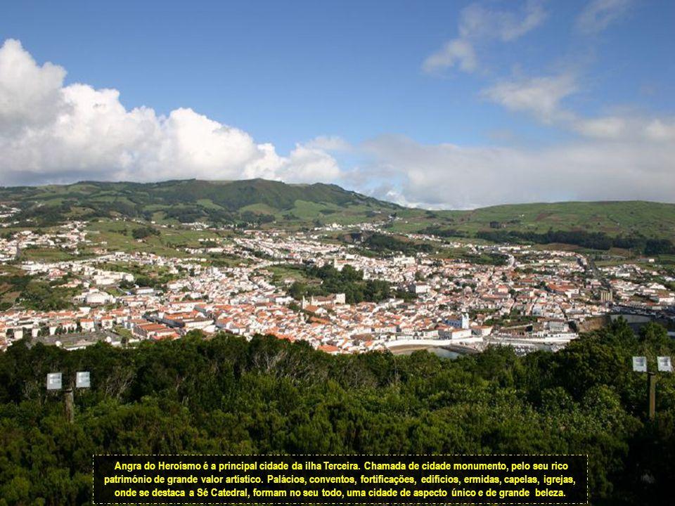 A outra grande festa e com grandes tradições na ilha Terceira é a corrida à corda .