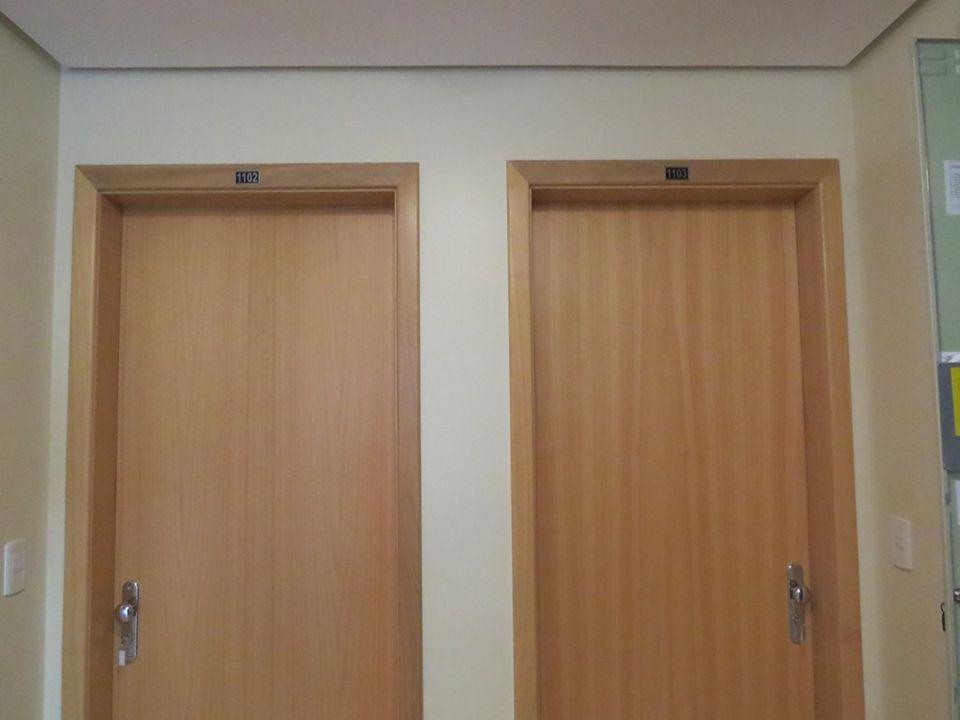Construtora e Incorporadora Colúmbia Ltda Entrada e áreas internas de um apartamento padrão frente norte