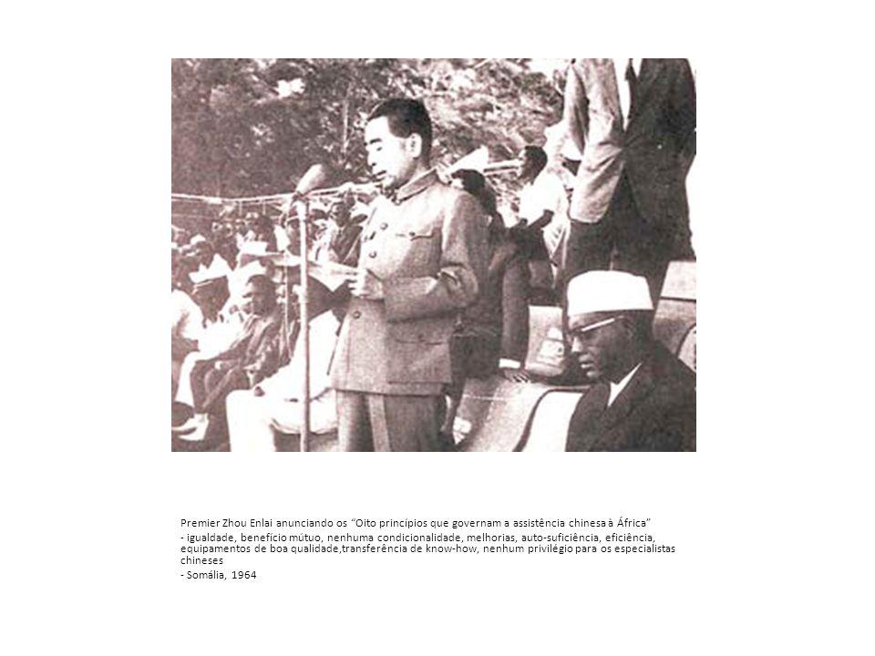 Premier Zhou Enlai anunciando os Oito princípios que governam a assistência chinesa à África - igualdade, benefício mútuo, nenhuma condicionalidade, melhorias, auto-suficiência, eficiência, equipamentos de boa qualidade,transferência de know-how, nenhum privilégio para os especialistas chineses - Somália, 1964