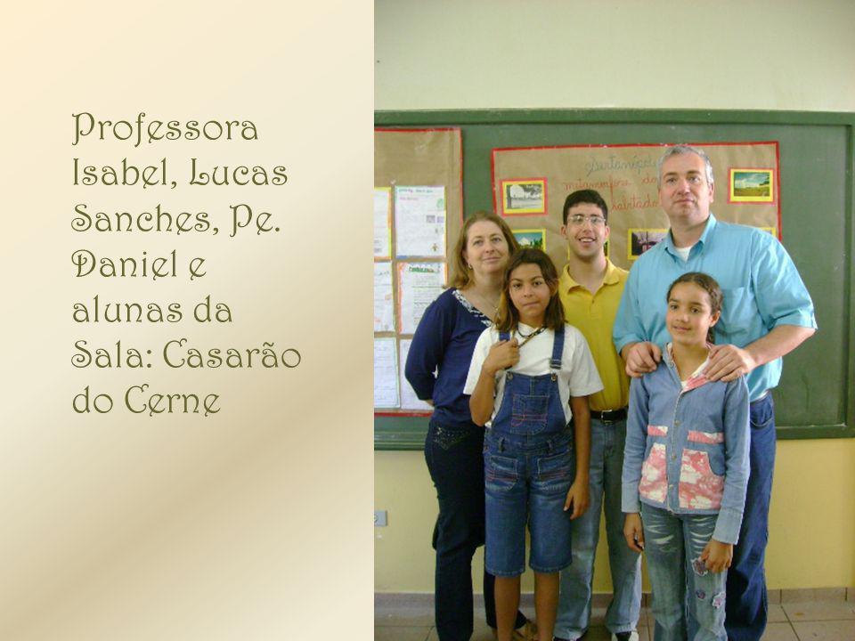 Professora Isabel, Lucas Sanches, Pe. Daniel e alunas da Sala: Casarão do Cerne