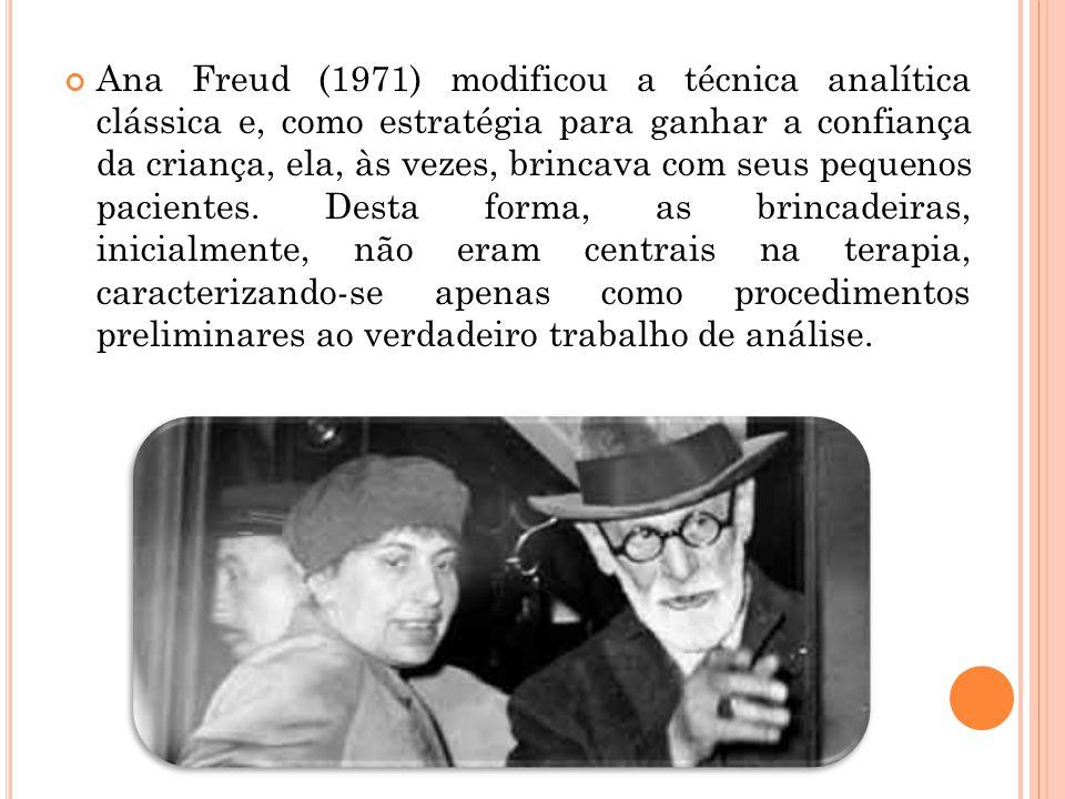 Ana Freud (1971) modificou a técnica analítica clássica e, como estratégia para ganhar a confiança da criança, ela, às vezes, brincava com seus pequen