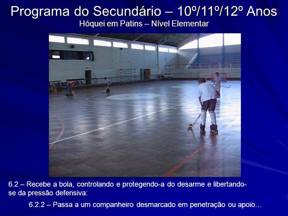 6.2 – Recebe a bola, controlando e protegendo-a do desarme e libertando- se da pressão defensiva: 6.2.2 – Passa a um companheiro desmarcado em penetra
