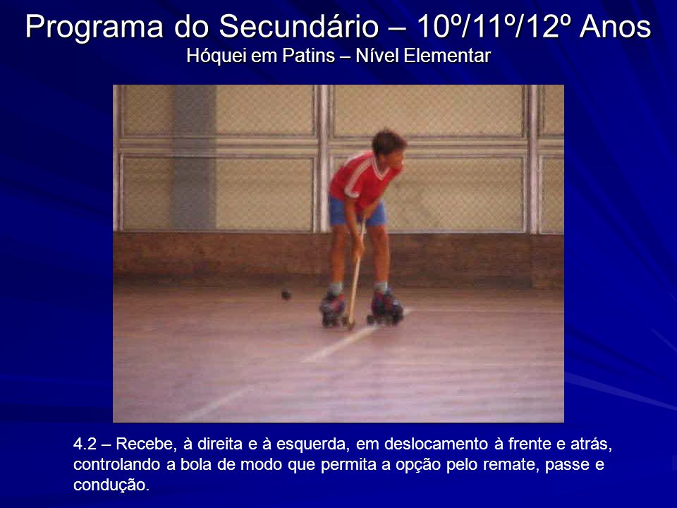4.2 – Recebe, à direita e à esquerda, em deslocamento à frente e atrás, controlando a bola de modo que permita a opção pelo remate, passe e condução.