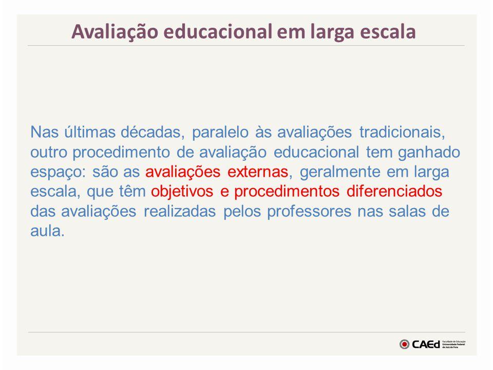 Avaliação educacional em larga escala Nas últimas décadas, paralelo às avaliações tradicionais, outro procedimento de avaliação educacional tem ganhad