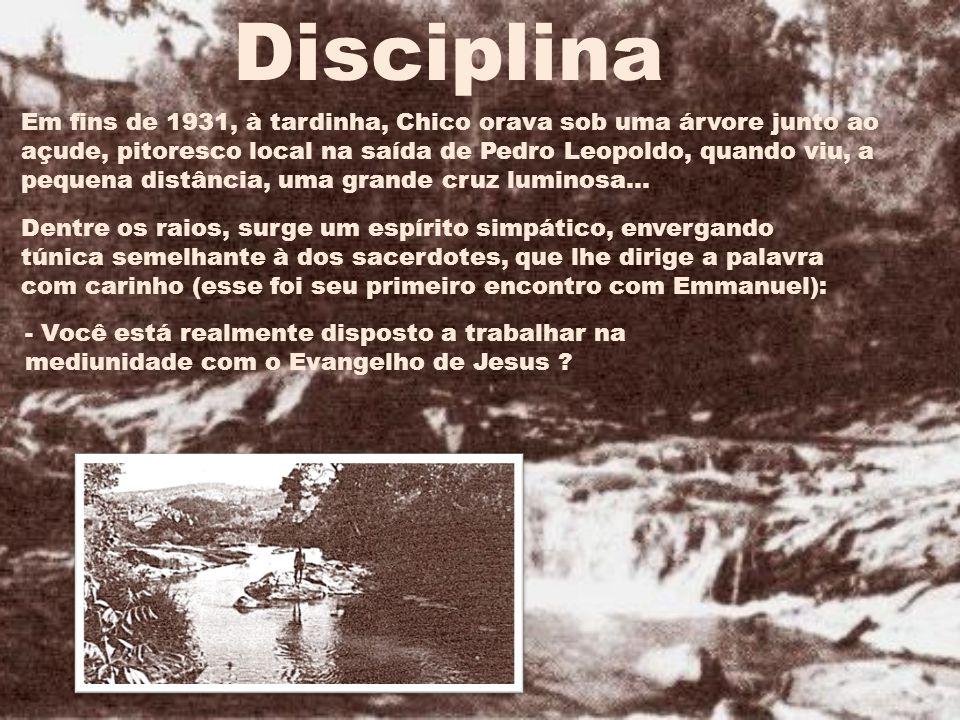Em fins de 1931, à tardinha, Chico orava sob uma árvore junto ao açude, pitoresco local na saída de Pedro Leopoldo, quando viu, a pequena distância, uma grande cruz luminosa...