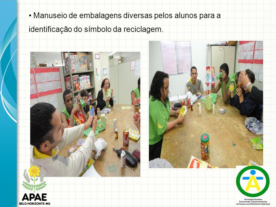 Manuseio de embalagens diversas pelos alunos para a identificação do símbolo da reciclagem.